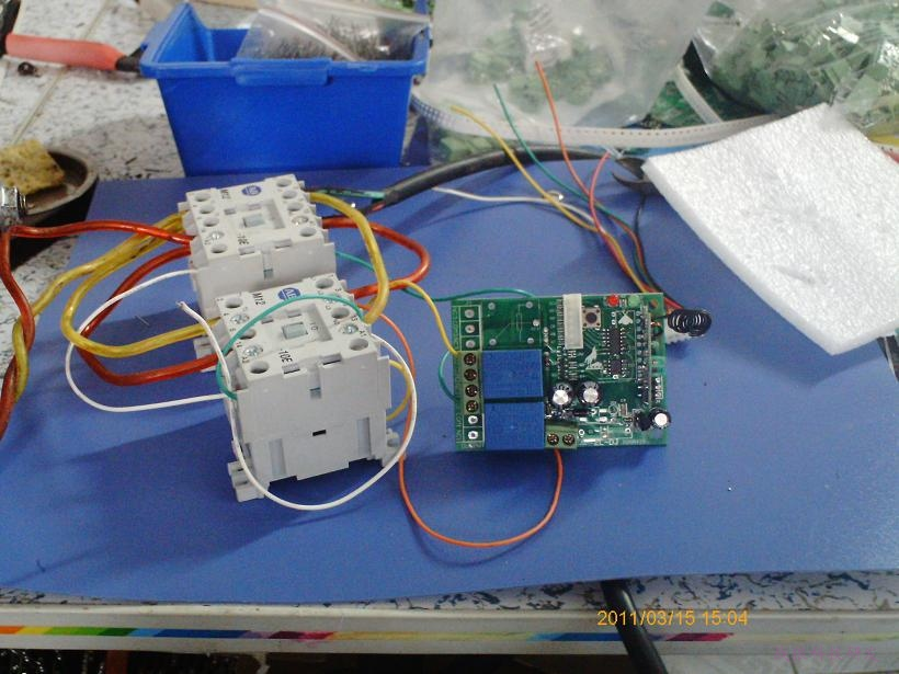 24伏电机正反转遥控开关,带手控和限位功能。当负载超过继电器的额定负荷时,就要外接接触器来控制电机。只需给控制板两条24伏电源线,输出端那里输出两条24伏正极线,直接接到接触器那里,接触器另外一个驱动端接到电源负极就行。注意的是,这些驱动线电流不大,可以用细线,而控制电机的线则需要选择粗线,否则会把线给烧断。