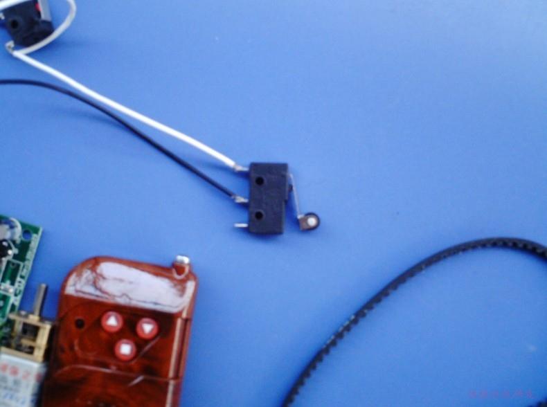 12伏电机正反转遥控开关接线图,两个常开端和电源正极连接,两个常闭端和电源负极连接,电机的两根电源线分别接到两个公共端上即可。限位开关采用机械限位开关,接法也很简单,看图所示。   机械限位开关当限位开关(无源型限位开关)  接近开关当限位开关(接近开关需要电源供电,有源型限位开关)